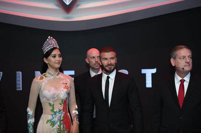 Khoảnh khắc Hoa hậu Trần Tiểu Vy rạng rỡ, tự tin bắt tay David Beckham tại sự kiện ra mắt VinFast - Ảnh 2.