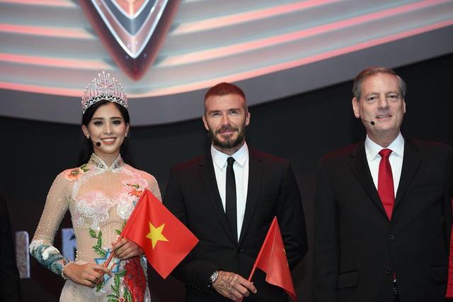 Khoảnh khắc Hoa hậu Trần Tiểu Vy rạng rỡ, tự tin bắt tay David Beckham tại sự kiện ra mắt VinFast - Ảnh 3.