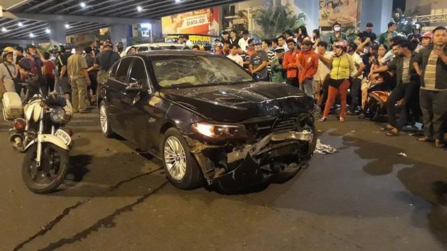 Nhân chứng vụ ô tô BMW tông hàng loạt xe: Tôi đang chờ đèn đỏ thì bị hất tung lên trời - Ảnh 1.