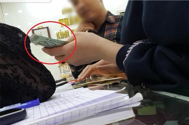 Chợ ngoại tệ chui lớn nhất Hà Nội vẫn tấp nập bất chấp án phạt 90 triệu đồng vì đổi 100 USD - Ảnh 1.