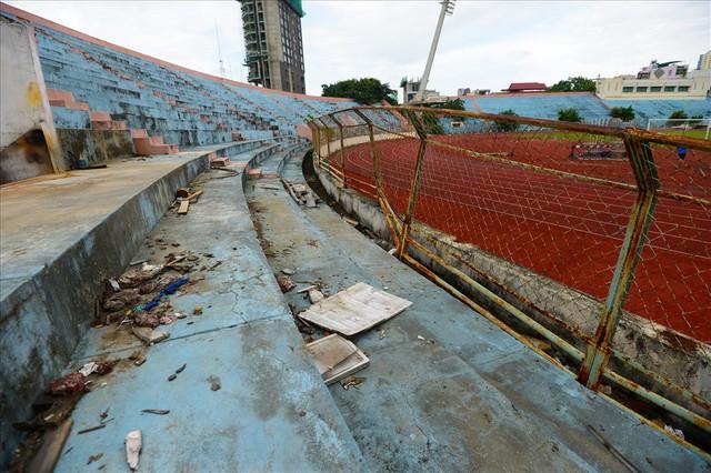 Sân vận động Chi Lăng hoang tàn sau gần 8 năm bán cho doanh nghiệp - Ảnh 7.