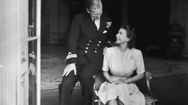 Cuộc hôn nhân đẹp như cổ tích của Nữ hoàng Anh Elizabeth và Hoàng tế Philip - Ảnh 1.