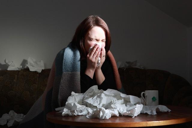 Bị nghẹt mũi khi cảm cúm, nên hỉ ra ngoài hay nuốt đờm xuống bụng thì tốt hơn? - Ảnh 2.