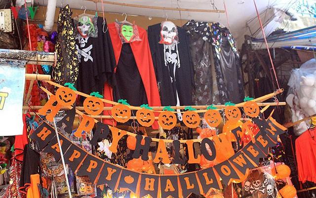 """Phố Hàng Mã tràn ngập đồ chơi """"ma quỷ"""" rùng rợn trước lễ Halloween - Ảnh 1."""