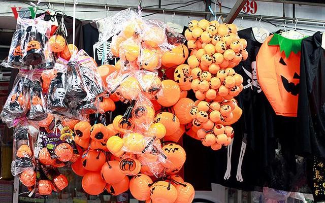 """Phố Hàng Mã tràn ngập đồ chơi """"ma quỷ"""" rùng rợn trước lễ Halloween - Ảnh 2."""