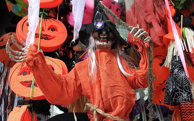 """Phố Hàng Mã tràn ngập đồ chơi """"ma quỷ"""" rùng rợn trước lễ Halloween - Ảnh 11."""