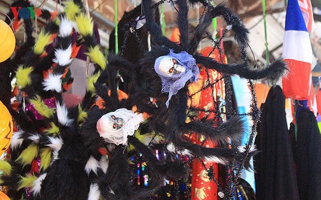 """Phố Hàng Mã tràn ngập đồ chơi """"ma quỷ"""" rùng rợn trước lễ Halloween - Ảnh 12."""