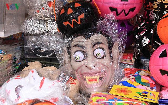 """Phố Hàng Mã tràn ngập đồ chơi """"ma quỷ"""" rùng rợn trước lễ Halloween - Ảnh 13."""