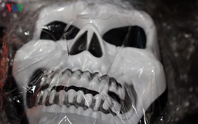 """Phố Hàng Mã tràn ngập đồ chơi """"ma quỷ"""" rùng rợn trước lễ Halloween - Ảnh 14."""