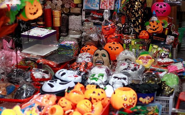 """Phố Hàng Mã tràn ngập đồ chơi """"ma quỷ"""" rùng rợn trước lễ Halloween - Ảnh 3."""