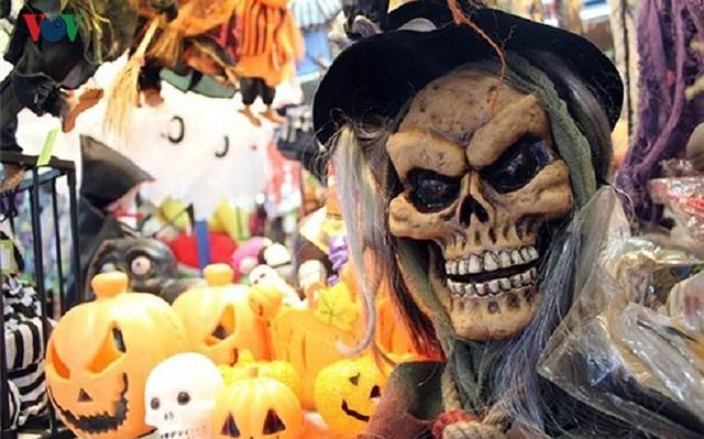 """Phố Hàng Mã tràn ngập đồ chơi """"ma quỷ"""" rùng rợn trước lễ Halloween - Ảnh 5."""