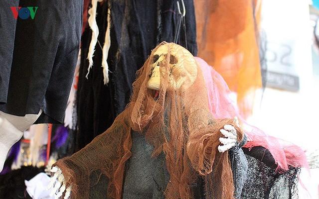 """Phố Hàng Mã tràn ngập đồ chơi """"ma quỷ"""" rùng rợn trước lễ Halloween - Ảnh 6."""