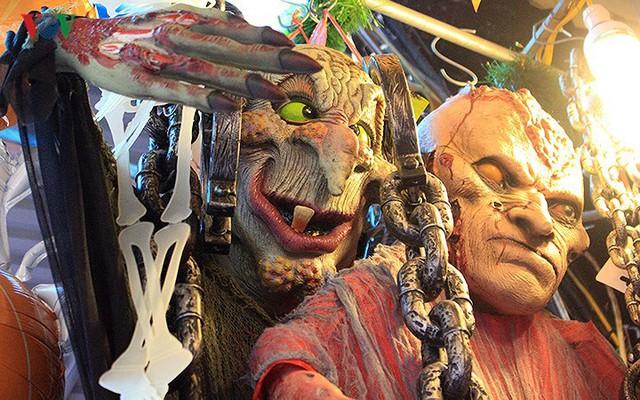 """Phố Hàng Mã tràn ngập đồ chơi """"ma quỷ"""" rùng rợn trước lễ Halloween - Ảnh 7."""