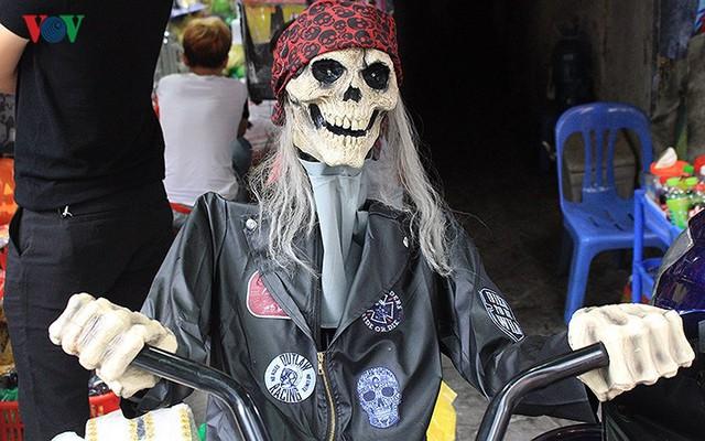 """Phố Hàng Mã tràn ngập đồ chơi """"ma quỷ"""" rùng rợn trước lễ Halloween - Ảnh 9."""