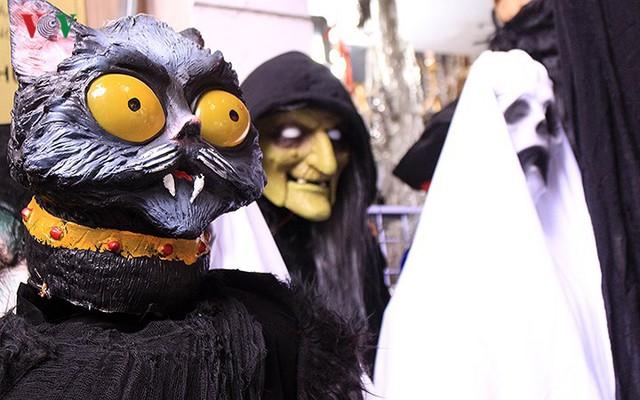"""Phố Hàng Mã tràn ngập đồ chơi """"ma quỷ"""" rùng rợn trước lễ Halloween - Ảnh 10."""