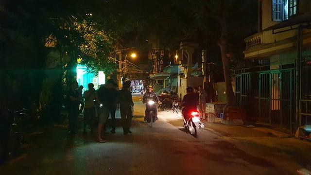Hà Nội: Người dân kể lại giây phút tài xế Mazda rút súng bắn rồi đánh và lái xe chèn qua nạn nhân - Ảnh 1.