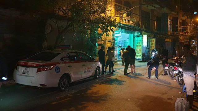 Hà Nội: Người dân kể lại giây phút tài xế Mazda rút súng bắn rồi đánh và lái xe chèn qua nạn nhân - Ảnh 2.