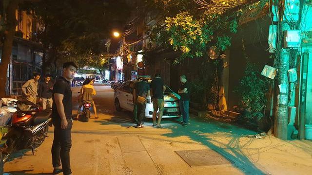 Hà Nội: Người dân kể lại giây phút tài xế Mazda rút súng bắn rồi đánh và lái xe chèn qua nạn nhân - Ảnh 3.