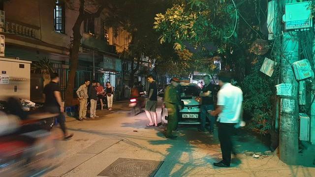 Hà Nội: Người dân kể lại giây phút tài xế Mazda rút súng bắn rồi đánh và lái xe chèn qua nạn nhân - Ảnh 5.