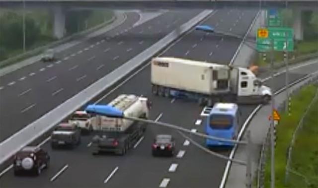 Xe container chạy ngược chiều trên cao tốc Hà Nội - Hải Phòng: Phạt 7 triệu đồng, tước giấy phép lái xe 5 tháng - Ảnh 2.