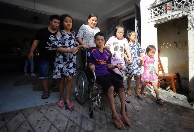 Chuyện của má Loan và những đứa con đặc biệt: Từ bỏ giảng đường, vào Hội An chăm sóc trẻ mồ côi khuyết tật - Ảnh 1.