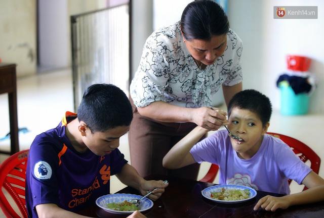 Chuyện của má Loan và những đứa con đặc biệt: Từ bỏ giảng đường, vào Hội An chăm sóc trẻ mồ côi khuyết tật - Ảnh 2.