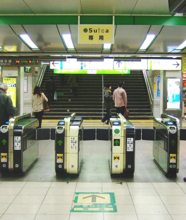 Giải mã chiếc thẻ tàu điện phổ dụng khắp nước Nhật: Siêu sức mạnh ẩn trong tấm nhựa - Ảnh 1.