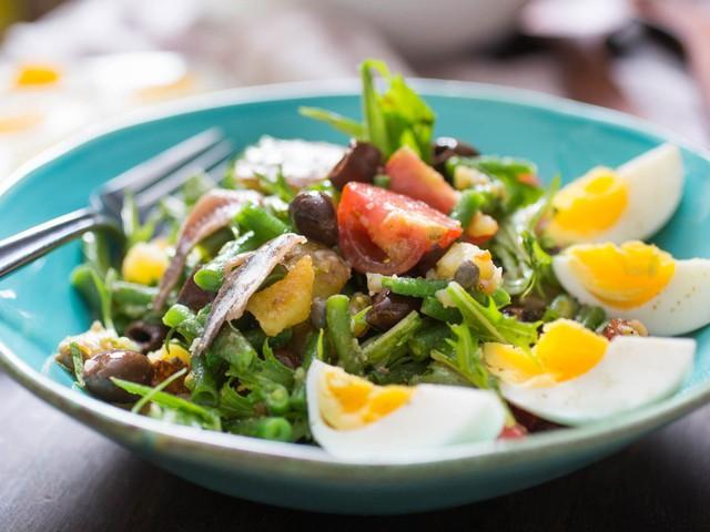 Không chỉ gồm rau củ, món salad truyền thống ở các nước được chế biến cầu kì và tinh tế như thế này đây - Ảnh 7.