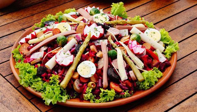 Không chỉ gồm rau củ, món salad truyền thống ở các nước được chế biến cầu kì và tinh tế như thế này đây - Ảnh 9.