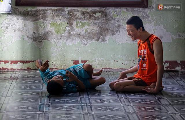 Chuyện của má Loan và những đứa con đặc biệt: Từ bỏ giảng đường, vào Hội An chăm sóc trẻ mồ côi khuyết tật - Ảnh 10.