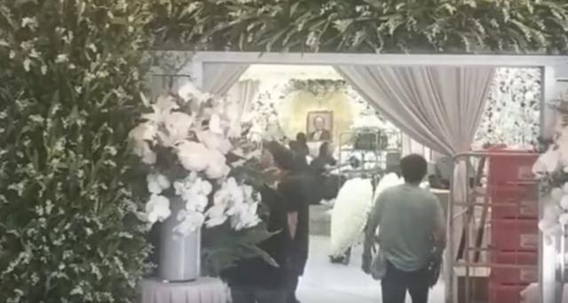 Tang lễ nhà văn Kim Dung: Lưu Đức Hoa, Huỳnh Hiểu Minh cùng dàn nghệ sĩ gửi hoa trắng rợp trời - Ảnh 16.