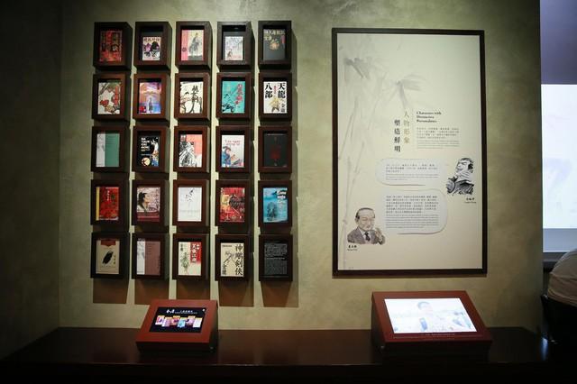 Tang lễ nhà văn Kim Dung: Lưu Đức Hoa, Huỳnh Hiểu Minh cùng dàn nghệ sĩ gửi hoa trắng rợp trời - Ảnh 19.
