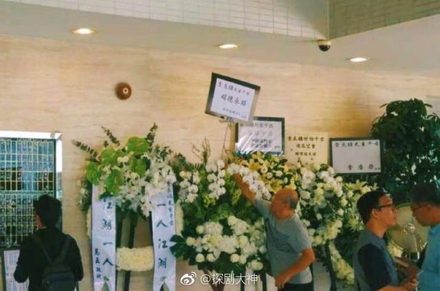 Tang lễ nhà văn Kim Dung: Lưu Đức Hoa, Huỳnh Hiểu Minh cùng dàn nghệ sĩ gửi hoa trắng rợp trời - Ảnh 6.