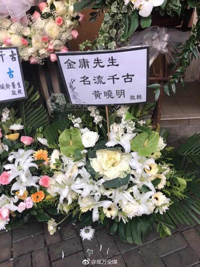Tang lễ nhà văn Kim Dung: Lưu Đức Hoa, Huỳnh Hiểu Minh cùng dàn nghệ sĩ gửi hoa trắng rợp trời - Ảnh 9.