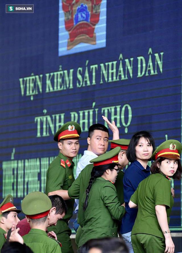 Phút tạm biệt người thân của ông trùm cờ bạc Phan Sào Nam ở sân tòa - Ảnh 1.