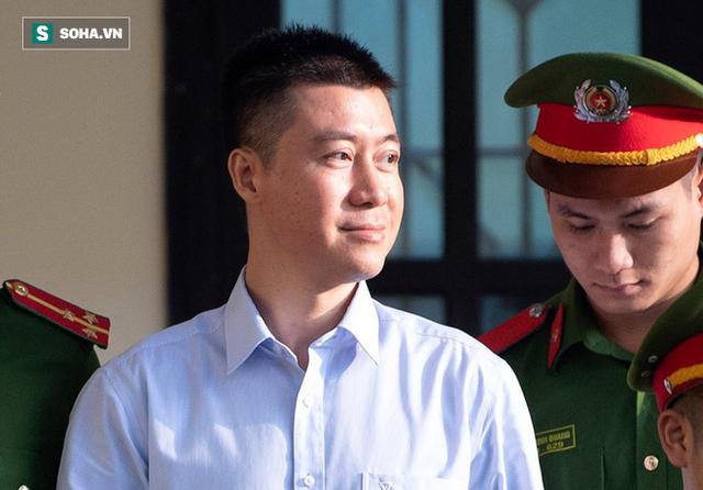 Phút tạm biệt người thân của ông trùm cờ bạc Phan Sào Nam ở sân tòa - Ảnh 2.