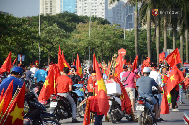Những CĐV đặc biệt của trận Việt Nam vs Malaysia: Mặc bộ đồ tự tay làm từ hơn 10 năm trước, cổ vũ đội tuyển nước nhà bất kể ở đâu - Ảnh 1.