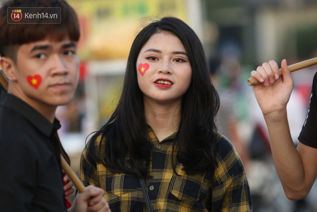 Loạt CĐV nữ xinh xắn chiếm spotlight trước đại chiến Việt Nam - Malaysia - Ảnh 3.