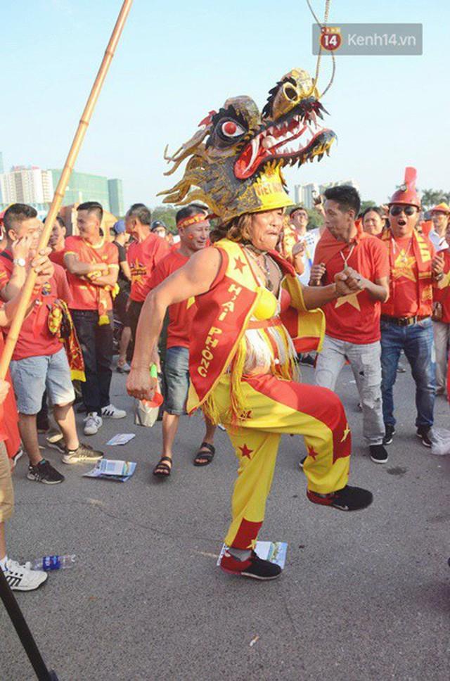Những CĐV đặc biệt của trận Việt Nam vs Malaysia: Mặc bộ đồ tự tay làm từ hơn 10 năm trước, cổ vũ đội tuyển nước nhà bất kể ở đâu - Ảnh 4.