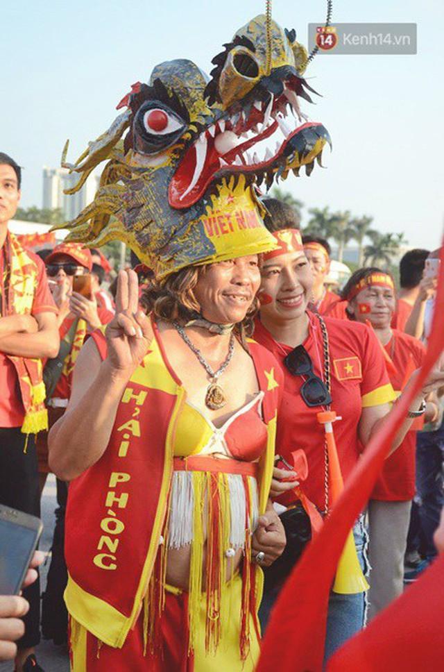 Những CĐV đặc biệt của trận Việt Nam vs Malaysia: Mặc bộ đồ tự tay làm từ hơn 10 năm trước, cổ vũ đội tuyển nước nhà bất kể ở đâu - Ảnh 5.