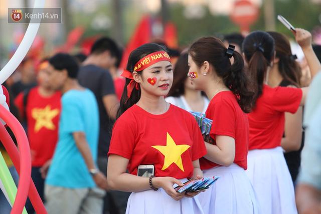 Loạt CĐV nữ xinh xắn chiếm spotlight trước đại chiến Việt Nam - Malaysia - Ảnh 9.