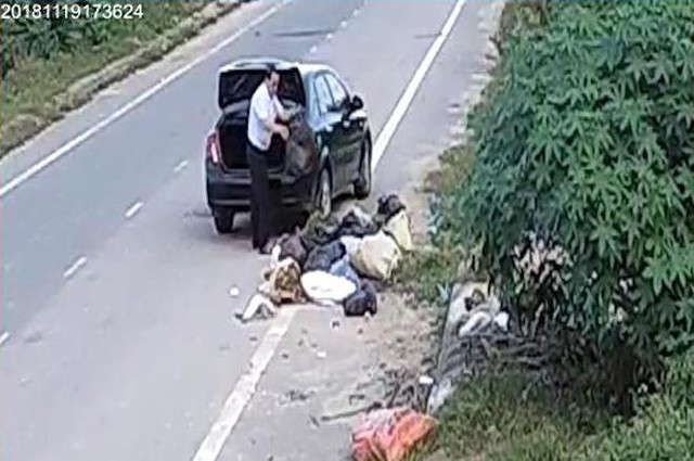 Cựu cán bộ phòng LĐTBXH đi ô tô đổ rác ra đường thanh minh đang dọn nhà nên nhiều rác - Ảnh 2.