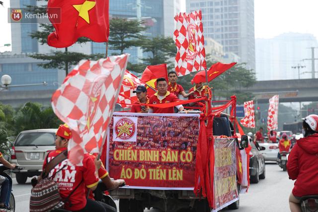 Hàng trăm cổ động viên diễu hành qua các tuyến phố Hà Nội trước trận Việt Nam-Campuchia - Ảnh 1.