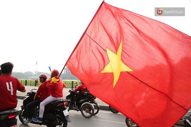 Hàng trăm cổ động viên diễu hành qua các tuyến phố Hà Nội trước trận Việt Nam-Campuchia - Ảnh 2.
