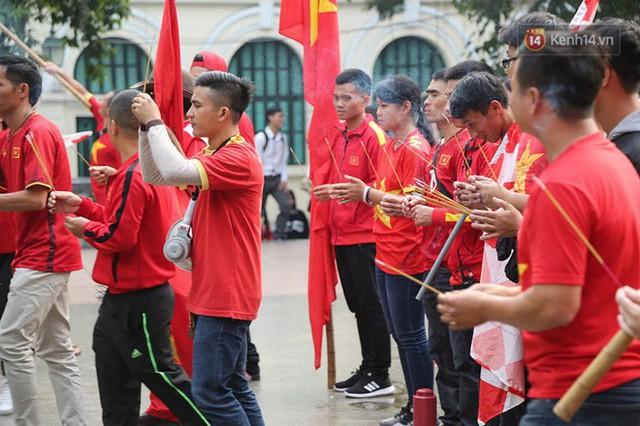 Hàng trăm cổ động viên diễu hành qua các tuyến phố Hà Nội trước trận Việt Nam-Campuchia - Ảnh 11.