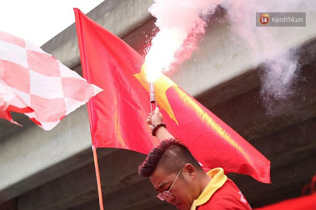 Hàng trăm cổ động viên diễu hành qua các tuyến phố Hà Nội trước trận Việt Nam-Campuchia - Ảnh 12.