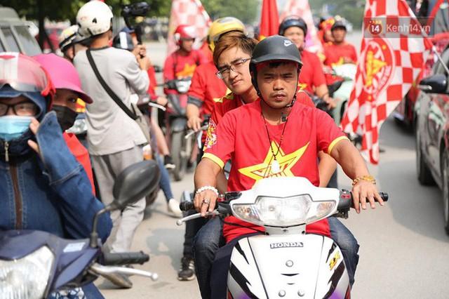 Hàng trăm cổ động viên diễu hành qua các tuyến phố Hà Nội trước trận Việt Nam-Campuchia - Ảnh 3.