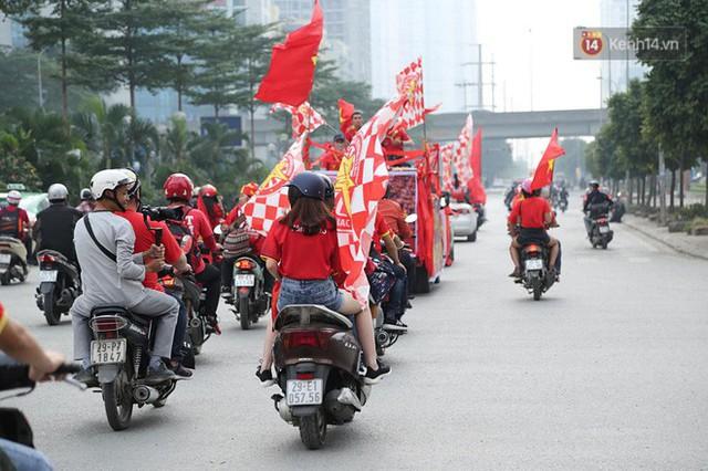 Hàng trăm cổ động viên diễu hành qua các tuyến phố Hà Nội trước trận Việt Nam-Campuchia - Ảnh 4.