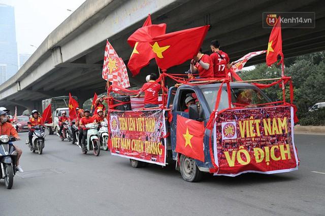 Hàng trăm cổ động viên diễu hành qua các tuyến phố Hà Nội trước trận Việt Nam-Campuchia - Ảnh 5.