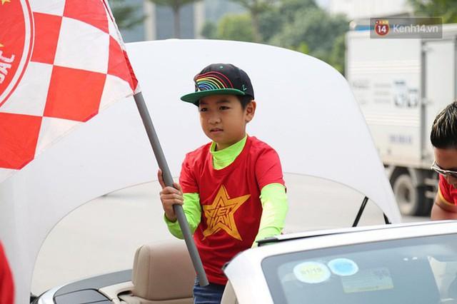 Hàng trăm cổ động viên diễu hành qua các tuyến phố Hà Nội trước trận Việt Nam-Campuchia - Ảnh 6.